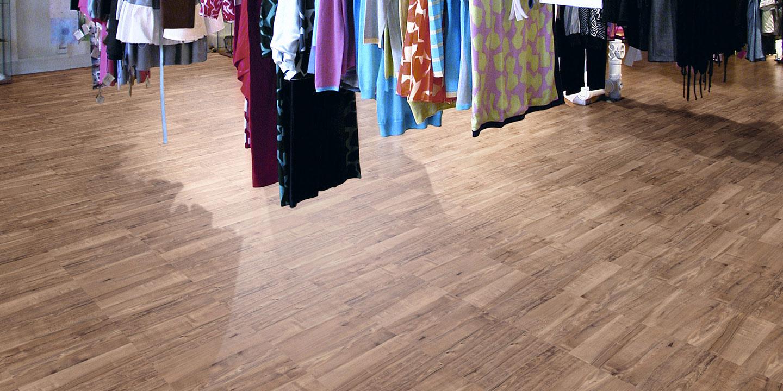 liuni_pavimenti_stampati_lvt_legno_incollo_expona_commercial_negozi