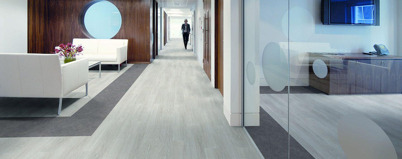 liuni_pavimenti_stampati_lvt_legno_incollo_expona_control_6505_white_oak7504_warm_grey_concrete