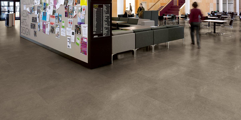 liuni_pavimenti_stampati_lvt_pietra_incollo_expona_commercial_warm-grey-concrete-5064