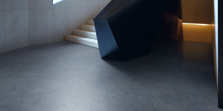 liuni_pavimenti_stampati_lvt_pietra_incollo_expona_design_7238_dark_grey_concrete