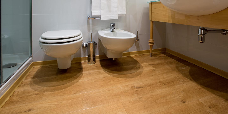 pavimenti-bagni-hotel-effetto-legno