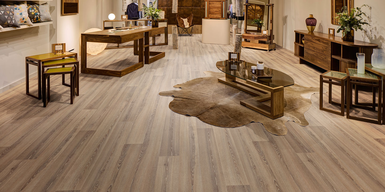 liuni_pavimenti_vinilici_eterogenei_calandrati_silentflor_wood_retail_roasted-limed-ash-9954