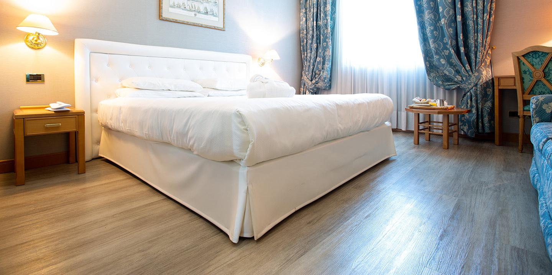 liuni-hospitality-stanza-hotel-pavimento-rivestimenti-murali-sommier