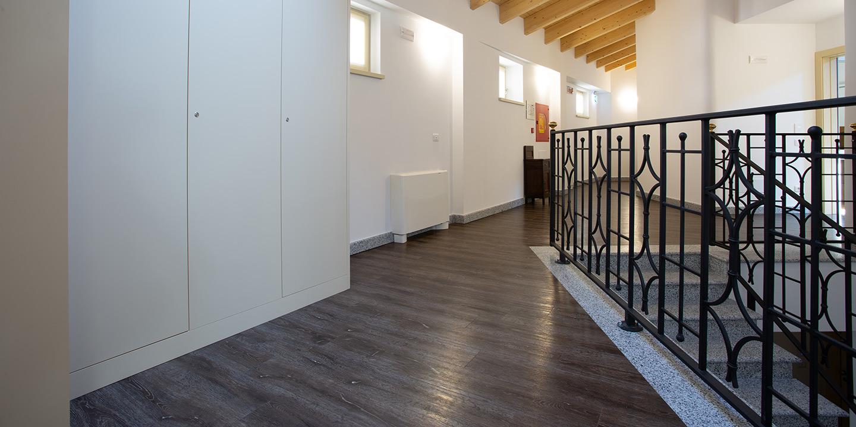 pavimento-lvt-eco55-corridoio-prodotto-liuni
