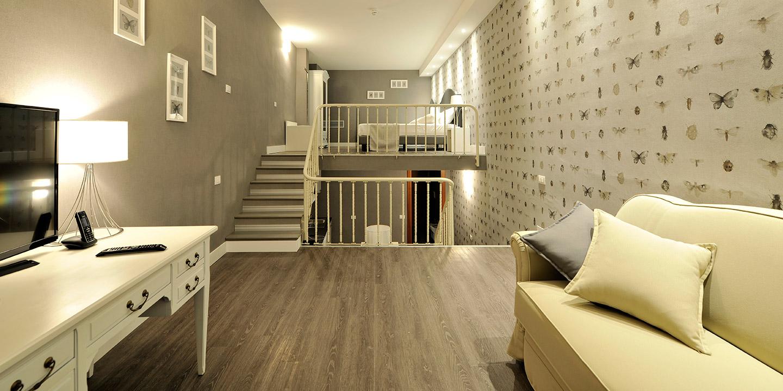 appartamento-hotel-pavimento-eco55-effetto-legno-rivestimenti-murali