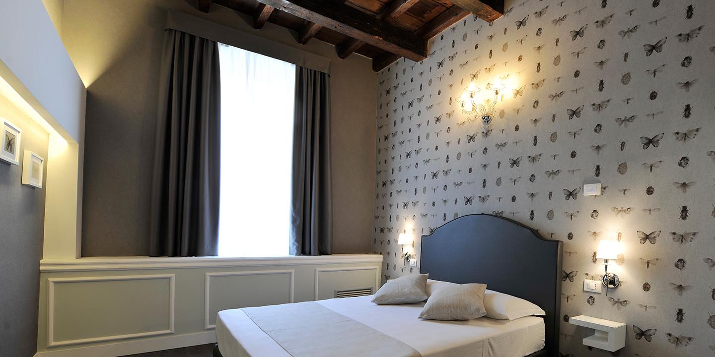 liuni-tende-rivestimento-murale-stanza-hotel