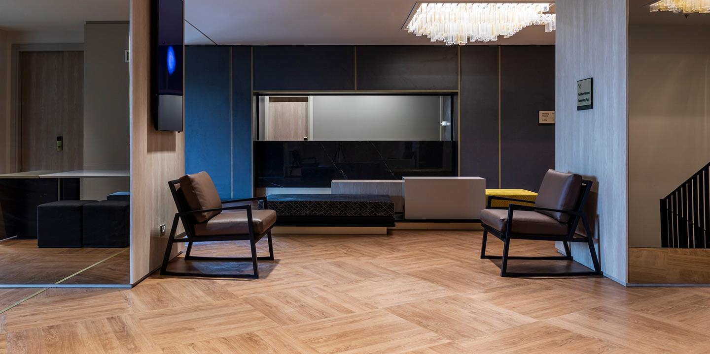 liuni_pavimento_lvt_effetto_legno_hotel