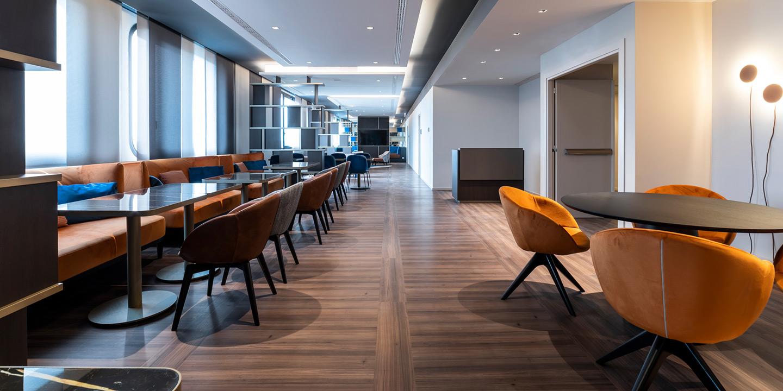 liuni_pavimento_lvt_effetto_legno_hotel_area_ristorazione